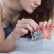 žena vybaľuje kondóm z obalu