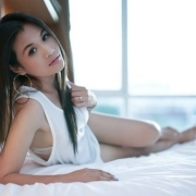 sexy aziatka leží na posteli