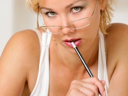 sexy blondýna v okuliaroch a ceruzkou v ústach