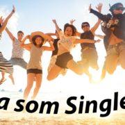 Ja som Single! Nezadaní ľudia sa tešia na pláži. Foto vo výskoku.