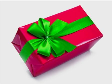 ružová škatuľa so zelenou stuhou