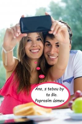 Šťastný pár sa fotí do mobilu