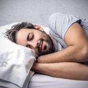 muž spí a usmieva sa