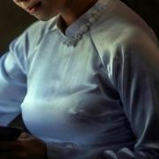 špicaté prsia pod blúzkou