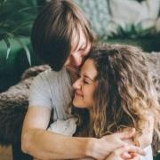šťastný pár sa objíma