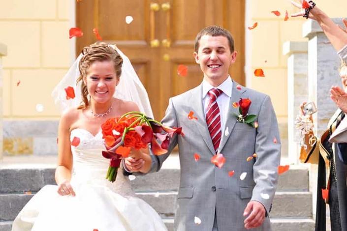 štastný pár po svadobnom obrade