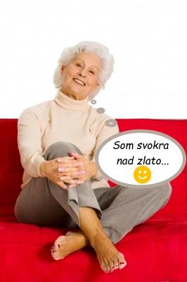 Atraktívna staršia dáma na gauči