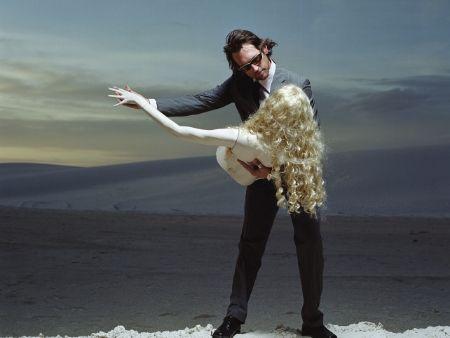muž tancuje s figurínou