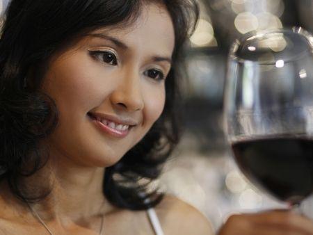 thajská žena s pohárom vína v ruke