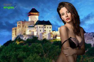 sexy bruneta a v pozadí Trenčiansky hrad
