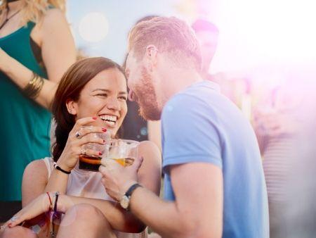 ľudia pijú pivo a smejú sa