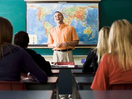 učiteľ pri tabuli prednáša zemepis