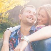 usmievajúci sa mladý pár