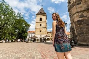 usmiate dievča pri prechádzke po historických pamiatkach mesta