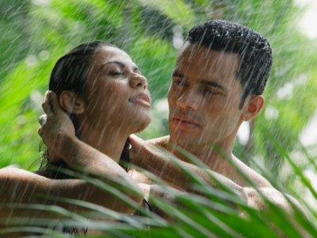 vášnivý pár si užíva erotiku v daždi v prírode
