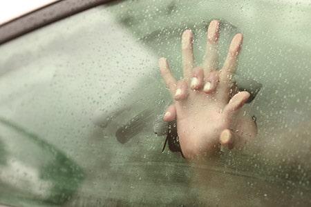 vášnivé zovretie za oknom auta
