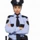 vážna policajtka so založenými rukami