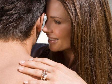 žena drží muža za plece a usmieva sa