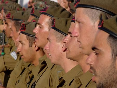 skupina vojakov s otvorenými ústami