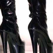 čierne čižmy s vysokými opätkami