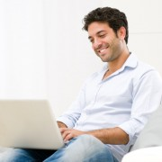 zaujatý muž s laptopom