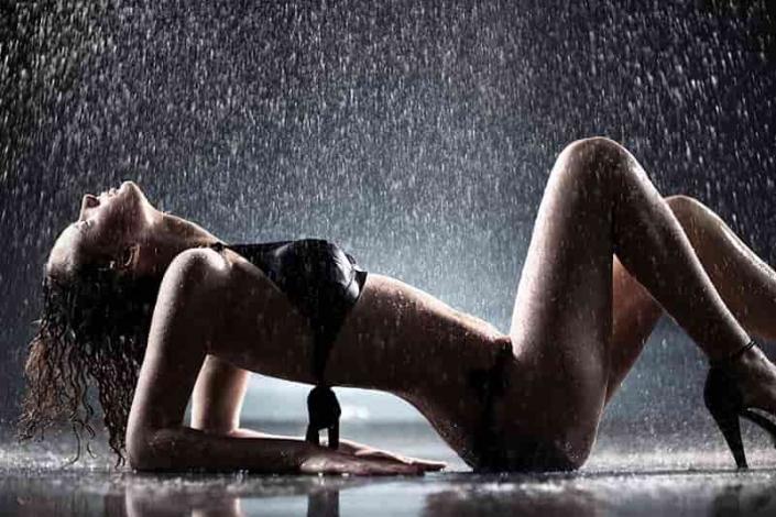 polonahá žena v daždi