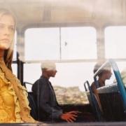 žena pozerá z okna autobusu