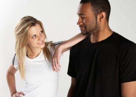 žena sa dotýka a myslí na sex s černochom