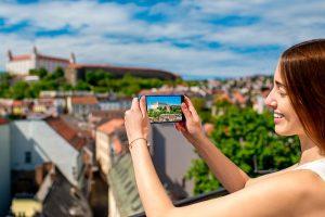 Dievča si fotí centrum mesta