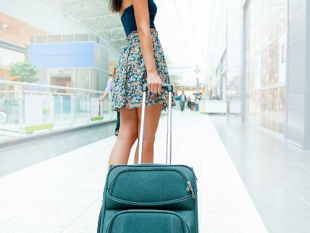 žena ťahá kufor