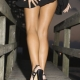 ženské štíhle nohy v minisukni a opätkoch
