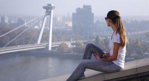single dáma, v pozadí výhľad na nákupné centrum Aupark a Petržalku