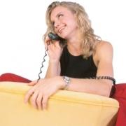 žena telefonuje a prevracia oči