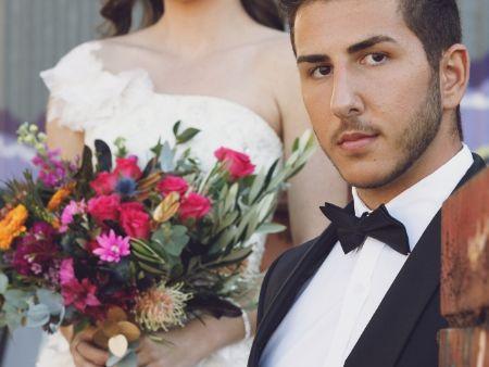 ženích a nevesta s kvetmi bez hlavy
