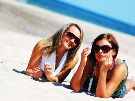 dve ženy ležia na pláži