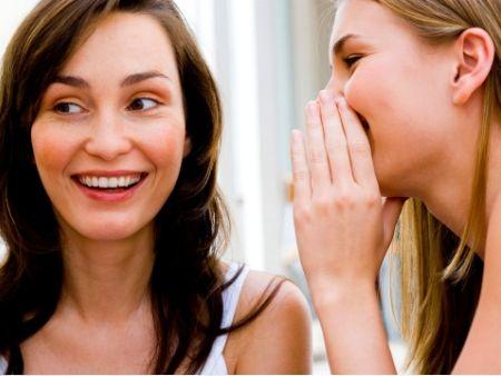 ženy si šepkajú tajomstvo