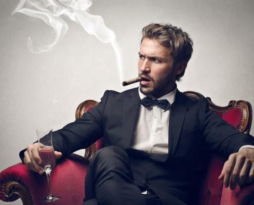 zlý chlap s cigarou a pohárom vína