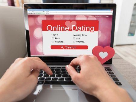 počítač s online zoznámkou na obrazovke